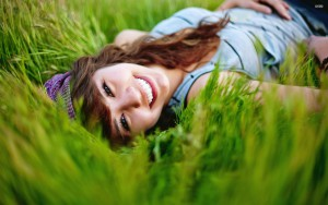 happy-girl-in-the-grass-28859-2560x1600